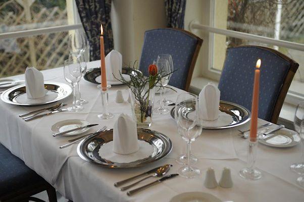 Ein herrlich gedeckter Tisch im Restaurant des Hotel Godewind in Markgrafenheide.