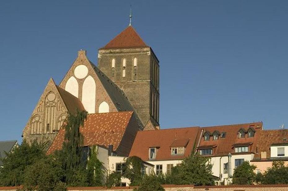 Blick auf die Nikolaikirche in Rostock, die Sie während Ihres Urlaubs besichtigen können.
