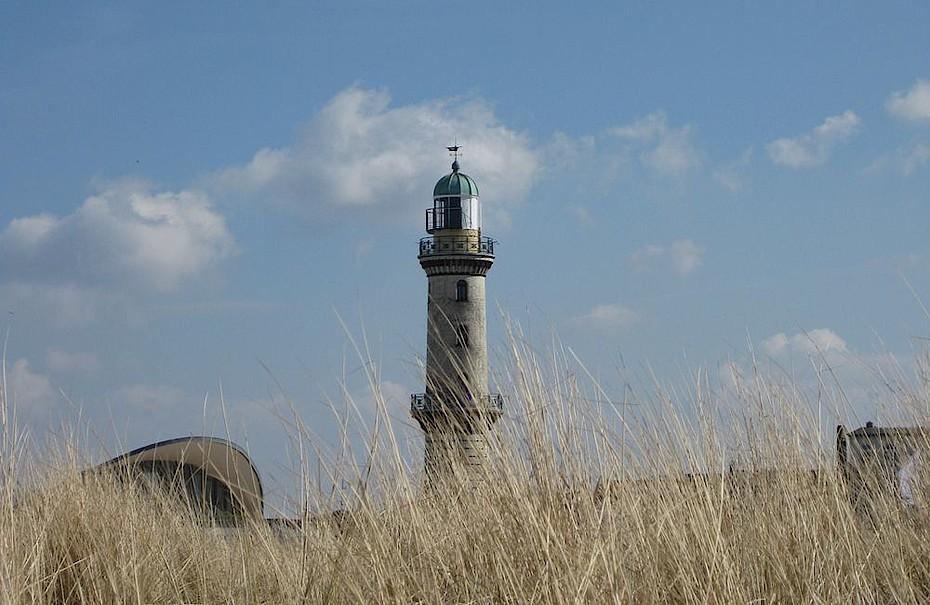 Blick vom Strand auf das Wahrzeichen Warnemündes, den Leuchtturm.