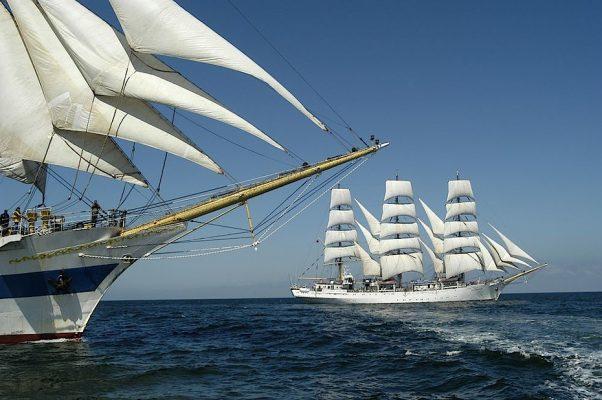 Segelschiffe auf der Ostsee vor dem Strand von Warnemünde