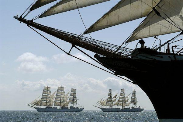 Segelschiffe währen einer Regatta vor Warnemünde.