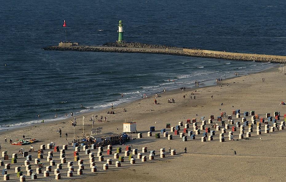Blick auf den breiten feinsandigen Strand in Warnemünde