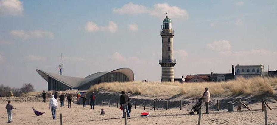 Genießen Sie den Blick über den Strand bei Ihrem Urlaub in den Hotels und Ferienwohnungen in Warnemünde.