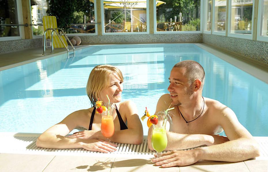 Nutzen Sie den Pool in unserem Hotel mit, wenn Sie in unserer Ferienwohnung übernachten.